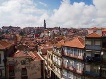Χαρακτηριστικά σπίτια από το Πόρτο Πορτογαλία σε όλα τα χρώματα με την άποψη ove στοκ εικόνα