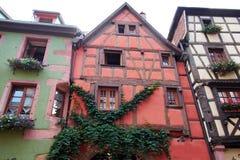 Χαρακτηριστικά σπίτια της Γαλλίας Riquewihr στοκ εικόνα με δικαίωμα ελεύθερης χρήσης