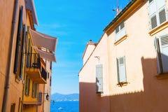 Χαρακτηριστικά χρωματισμένα κρητιδογραφία σπίτια σε Άγιο Tropez στοκ εικόνες με δικαίωμα ελεύθερης χρήσης