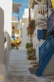 Χαρακτηριστικά χρώματα και οδός στη Μύκονο Ελλάδα Στοκ φωτογραφία με δικαίωμα ελεύθερης χρήσης