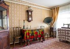 Χαρακτηριστικές επιπλώσεις του 19ου δωματίου αιώνα, τοπικό μουσείο ιστορίας Zadonsky στοκ φωτογραφία με δικαίωμα ελεύθερης χρήσης