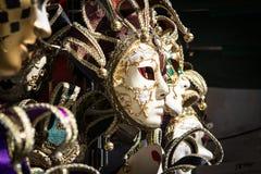 Χαρακτηριστικές ζωηρόχρωμες μάσκες από τη Βενετία καρναβάλι στοκ εικόνες με δικαίωμα ελεύθερης χρήσης