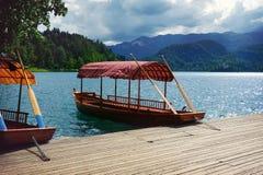 Χαρακτηριστικές ξύλινες βάρκες, λίμνη που αιμορραγείται, Σλοβενία, Ευρώπη Στοκ φωτογραφία με δικαίωμα ελεύθερης χρήσης