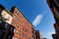 Χαρακτηριστικές πολυκατοικίες πόλεων της Νέας Υόρκης Στοκ φωτογραφία με δικαίωμα ελεύθερης χρήσης