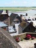 Χαρακτηριστικές στέγες πλακών των σπιτιών από Mont Saint-Michel στοκ εικόνες