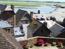 Χαρακτηριστικές στέγες πλακών των σπιτιών από Mont Saint-Michel στοκ εικόνα