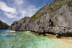 Χαρακτηριστικές φιλιππινέζικες βάρκες στην παραλία Στοκ Φωτογραφίες