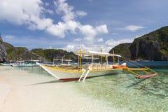 Χαρακτηριστικές φιλιππινέζικες βάρκες στην παραλία Στοκ Εικόνες