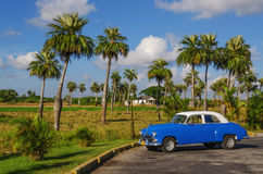 Χαρακτηριστική άποψη του κλασικού μπλε αμερικανικού αυτοκινήτου στην Κούβα Στοκ Φωτογραφίες