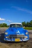 Χαρακτηριστική άποψη του κλασικού μπλε αμερικανικού αυτοκινήτου στην Κούβα κοντά στην Αβάνα Στοκ εικόνες με δικαίωμα ελεύθερης χρήσης