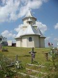 Χαρακτηριστική άσπρη εκκλησία της Ρουμανίας με το νεκροταφείο του στα σύνορα με την Ουκρανία στοκ εικόνες με δικαίωμα ελεύθερης χρήσης