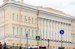 Χαρακτηριστική αρχιτεκτονική της πόλης της Αγία Πετρούπολης στοκ φωτογραφία