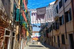 Χαρακτηριστική αλέα με τις σκοινιά για άπλωμα στη Βενετία, Ιταλία στοκ εικόνες