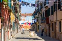 Χαρακτηριστική αλέα με τις σκοινιά για άπλωμα στη Βενετία, Ιταλία στοκ φωτογραφίες με δικαίωμα ελεύθερης χρήσης