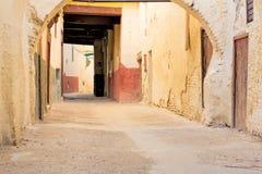 Χαρακτηριστική αλέα σε μια μαροκινή πόλη Στοκ Φωτογραφίες