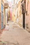 Χαρακτηριστική αλέα σε μια μαροκινή πόλη Στοκ φωτογραφία με δικαίωμα ελεύθερης χρήσης