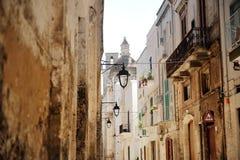 Χαρακτηριστική αλέα στην πόλη Monopoli κοντά στο Μπάρι, Apulia, Ιταλία Στοκ Φωτογραφία