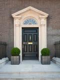 Χαρακτηριστική είσοδος σπιτιών στο Δουβλίνο με τη μαύρη πόρτα στοκ φωτογραφίες