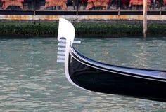 Χαρακτηριστική ενετική βάρκα αποκαλούμενη ΓΟΝΔΟΛΑ στα ιταλικά γλώσσα Στοκ Φωτογραφίες