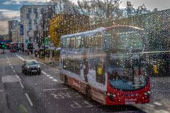 Χαρακτηριστική οδός στο Λονδίνο, στη βροχή Στοκ Φωτογραφίες