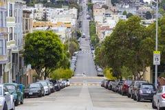 Χαρακτηριστική λοφώδης γειτονιά του Σαν Φρανσίσκο και σταθμευμένα αυτοκίνητα, Καλιφόρνια, ΗΠΑ Στοκ φωτογραφία με δικαίωμα ελεύθερης χρήσης