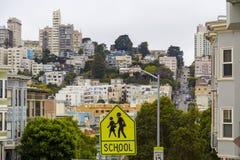 Χαρακτηριστική λοφώδης γειτονιά του Σαν Φρανσίσκο, Καλιφόρνια, ΗΠΑ στοκ εικόνα