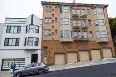 Χαρακτηριστική λοφώδης γειτονιά του Σαν Φρανσίσκο, Καλιφόρνια, ΗΠΑ Στοκ φωτογραφία με δικαίωμα ελεύθερης χρήσης