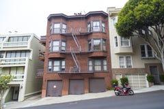 Χαρακτηριστική λοφώδης γειτονιά του Σαν Φρανσίσκο, Καλιφόρνια, ΗΠΑ Στοκ εικόνες με δικαίωμα ελεύθερης χρήσης