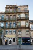 Χαρακτηριστική παλαιά πορτογαλική αρχιτεκτονική: Γκρίζα πρόσοψη με τα παλαιά παράθυρα - Πορτογαλία Στοκ Εικόνες
