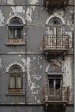 Χαρακτηριστική παλαιά πορτογαλική αρχιτεκτονική: Γκρίζα πρόσοψη με τα παλαιά παράθυρα - Πορτογαλία Στοκ εικόνα με δικαίωμα ελεύθερης χρήσης