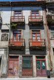 Χαρακτηριστική παλαιά πορτογαλική αρχιτεκτονική: Γκρίζα πρόσοψη με τα παλαιά παράθυρα - Πορτογαλία Στοκ εικόνες με δικαίωμα ελεύθερης χρήσης