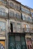 Χαρακτηριστική παλαιά πορτογαλική αρχιτεκτονική: Γκρίζα πρόσοψη με τα παλαιά παράθυρα - Πορτογαλία Στοκ φωτογραφίες με δικαίωμα ελεύθερης χρήσης