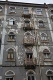 Χαρακτηριστική παλαιά πορτογαλική αρχιτεκτονική: Γκρίζα πρόσοψη με τα παλαιά παράθυρα - Πορτογαλία Στοκ φωτογραφία με δικαίωμα ελεύθερης χρήσης