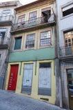 Χαρακτηριστική παλαιά πορτογαλική αρχιτεκτονική: Ζωηρόχρωμη πρόσοψη με τα παλαιά παράθυρα - Πορτογαλία Στοκ φωτογραφία με δικαίωμα ελεύθερης χρήσης