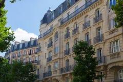 Χαρακτηριστική παρισινή πρόσοψη οικοδόμησης, Γαλλία Στοκ εικόνα με δικαίωμα ελεύθερης χρήσης