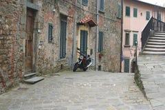 Χαρακτηριστική παλαιά ιταλική οδός στην Τοσκάνη στοκ εικόνα