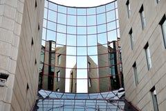 Χαρακτηριστική πρόσοψη γυαλιού ενός κτηρίου στη Βουδαπέστη Στοκ Εικόνες
