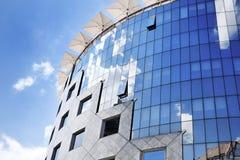 Χαρακτηριστική πρόσοψη γυαλιού ενός σύγχρονου κτιρίου γραφείων στη Βουδαπέστη Στοκ Φωτογραφία