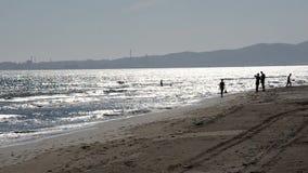 Χαρακτηριστική σκηνή στην παραλία απόθεμα βίντεο