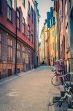 Χαρακτηριστική στενή οδός της Σουηδίας με τον κυβόλινθο, Στοκχόλμη, Σουηδία στοκ εικόνα