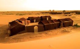 Χαρακτηριστική στρατοπέδευση στη ERG έρημο στο Μαρόκο Στοκ φωτογραφία με δικαίωμα ελεύθερης χρήσης