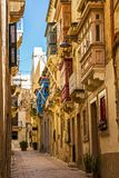 Χαρακτηριστική όμορφη στενή πάροδος σε Birgu, Vittoriosa - μια από τις τρεις ενισχυμένες πόλεις της Μάλτας Στοκ Φωτογραφία