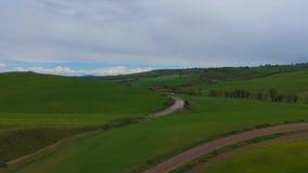Χαρακτηριστικοί λόφοι χλόης της Τοσκάνης πράσινοι Εναέριος τηλεοπτικός πυροβολισμός κηφήνων φιλμ μικρού μήκους