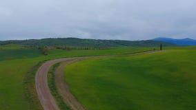 Χαρακτηριστικοί λόφοι χλόης της Τοσκάνης πράσινοι Εναέριος τηλεοπτικός πυροβολισμός κηφήνων απόθεμα βίντεο