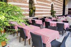 Χαρακτηριστικός λίγο ιταλικό εστιατόριο με τους κενούς πίνακες Στοκ Εικόνες