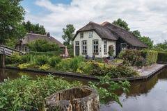 Χαρακτηριστικός η αγροικία με τον όμορφο κήπο κατά μήκος μιας τάφρου σε Giethoorn, γνωστό ως ολλανδική Βενετία Στοκ εικόνα με δικαίωμα ελεύθερης χρήσης