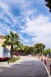 Χαρακτηριστικός κεντρικός δρόμος στην παλαιά πόλη στο Μονακό σε μια ηλιόλουστη ημέρα στοκ εικόνες