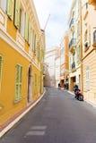 Χαρακτηριστικός κεντρικός δρόμος στην παλαιά πόλη στο Μονακό σε μια ηλιόλουστη ημέρα στοκ φωτογραφίες με δικαίωμα ελεύθερης χρήσης