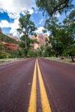 Χαρακτηριστικός κόκκινος δρόμος στο εθνικό πάρκο Zion, Γιούτα, ΗΠΑ στοκ εικόνες