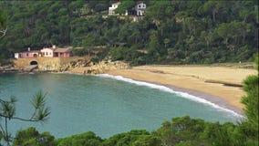 Χαρακτηριστικός παράκτιος ισπανικού Κόστα Μπράβα, κοντά στο μικρό του χωριού Λα Fosca απόθεμα βίντεο
